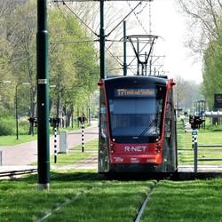 P1480658  HTM Tram nabij het boezemwater de Strijp   20april 2018