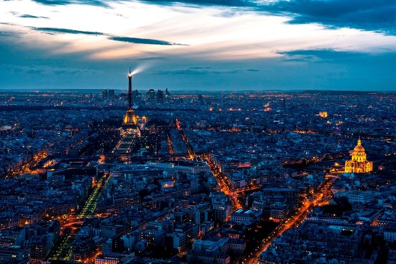 City of Lights 2 - Weer ietsje later dan de vorige foto, maar nog steeds zonsondergang boven Parijs. Gezien vanaf de Tour Montparnasse op 210m hoogte.