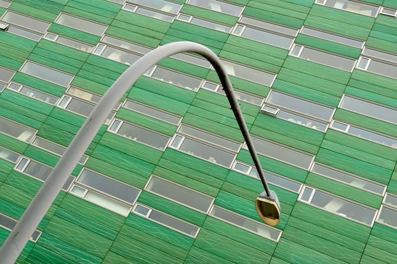 Groningen, Zernike, door de bocht - Tegen een leuke contrasterende achtergrond kan zelfs een lantaarnpaal nog een beetje interessant zijn.