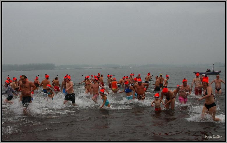 Brrrrr Koud... - De nieuwejaars duik in de zevenhuizense plas bij het strand van Nesselande, het was +1 en het water +2 best wel koud.