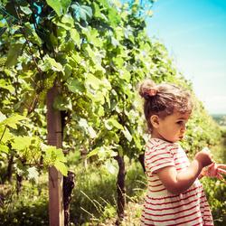 La petite fille et sa fleur.