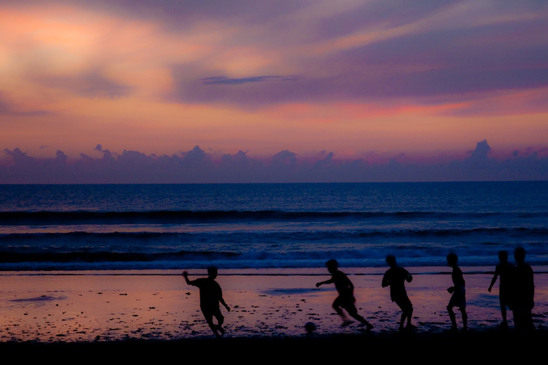 Voetbal bij zonsondergang - Strand van Bali, potje voetbal bij zonsondergang.