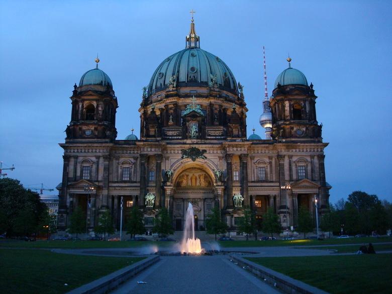 Berliner Dom - Op het Museuminsel in Berlijn staat de Berliner Dom. De dom was gebaseerd op een bescheiden barok ontwerp van Johann Bouman. De kathedr