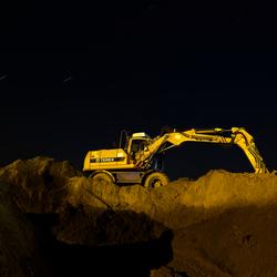 Graafmachine in de nacht