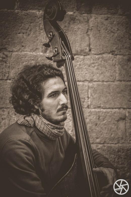 All about the bass - Genomen in de oude wijk Barri Gotic in Barcelona.<br /> Zijn uiterlijk was haast net zo klassiek als zijn muziek.