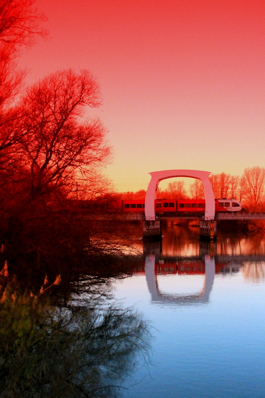 Ondergaande zon - Bij deze foto zie je op de achtergrond nog een stukje Biesbosch, ik stond te wachten tot de trein voorbij kwam