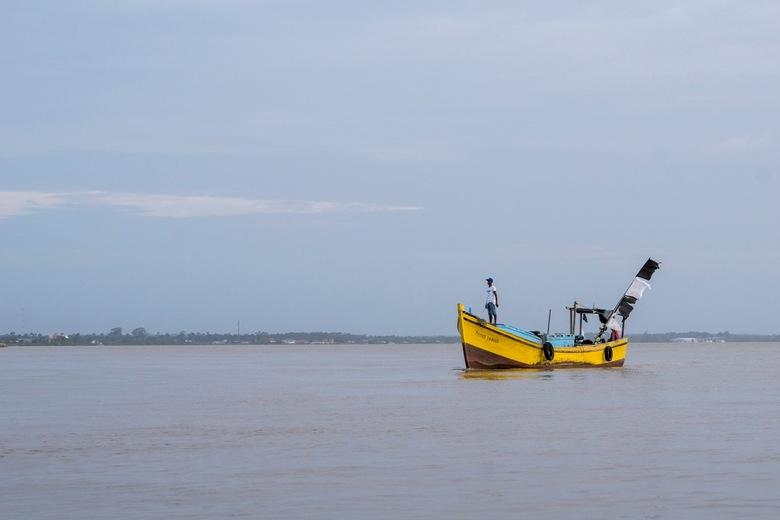 Surinaams vissersbootje op de Commewijne-rivier