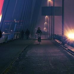 Voetgangers en fietsers op de Willemsbrug