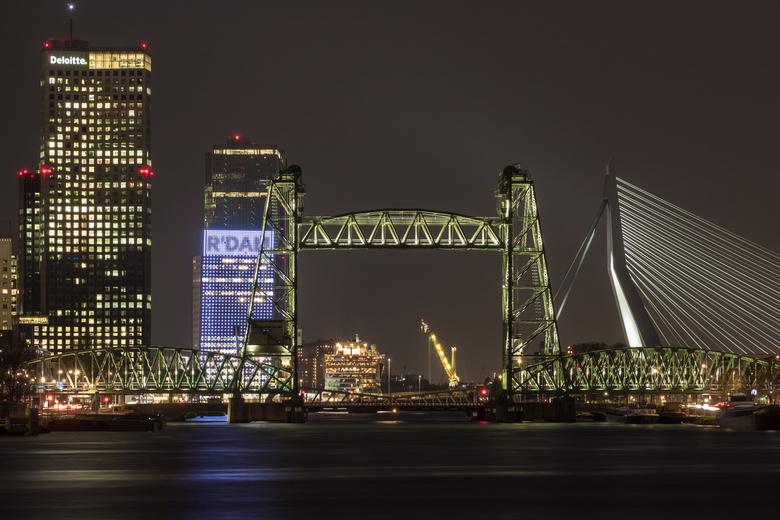 Rotterdam at night - Avondfotootje uit mijn favoriete stad. Altijd mooi om 's avonds al die prachtig verlichte bouwwerken te zien. In dit geval o