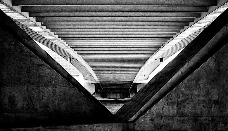 Onder de brug - Onderzijde van de Erasmusbrug te Rotterdam.