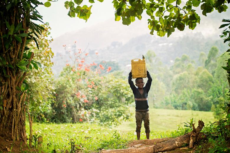 Oeganda - Jongetje met jerrycan water - Jongetje in Buhoma, Oeganda. Dat is dichtbij het Bwindi National Park, waar de berggorilla&#039;s zitten.<br /