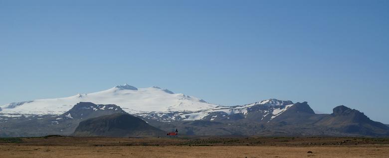 eenzame kerk - Een typisch IJslands kerkje gelegen prachtig besneeuwde berg. In de weide omtrek zijn geen huizen te bekennen, maar toch staat het kerk