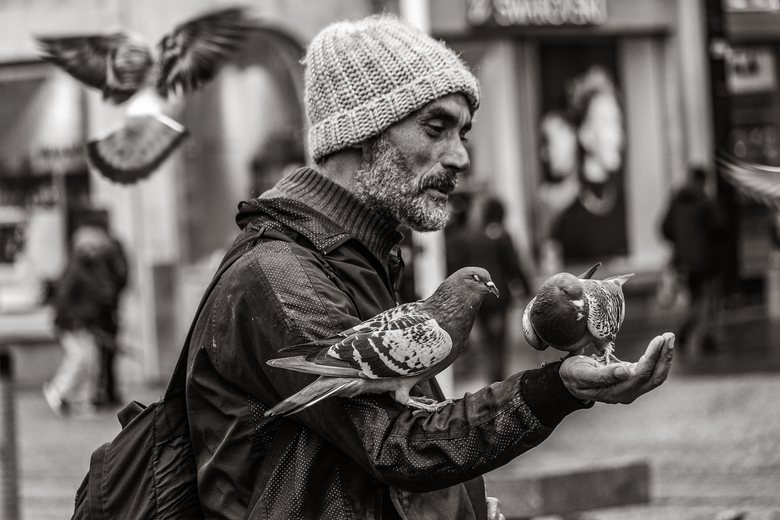 """De Duivenman - Deze vriendelijke man in Amsterdam had duivenvoer bij zich en dat wisten de duiven. <img  src=""""/images/smileys/smile.png""""/><br />"""
