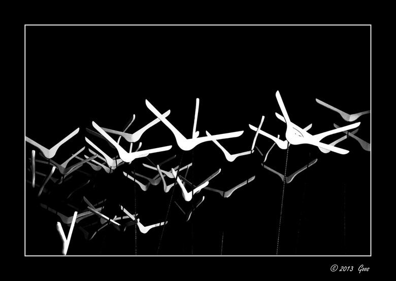 Girona 2 - Deze hangertjes stonden op dunne metalen stokjes en bewogen zachtjes heen en weer in de wind als waren het vogels: kunst!<br /> Omgezet in
