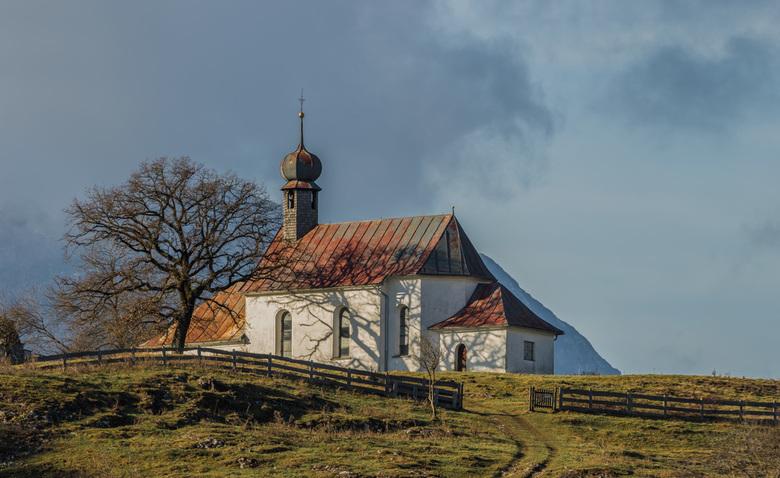 Kerkje in Oostenrijk - oud kerkje in de zon, mooie ervan vind ik de boom schaduw op het kerkje. doordat ik een luxe probleem had ( 500mm F4 mk2) heb i