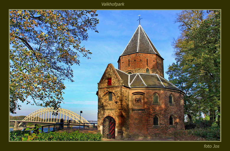 Nijmegen 3 (HDR) - Het Valkhofpark in Nijmegen. Op de achtergrond de waalbrug. Aangezien het oude kappelletje gedeeltelijk behoorlijk in de schaduw va