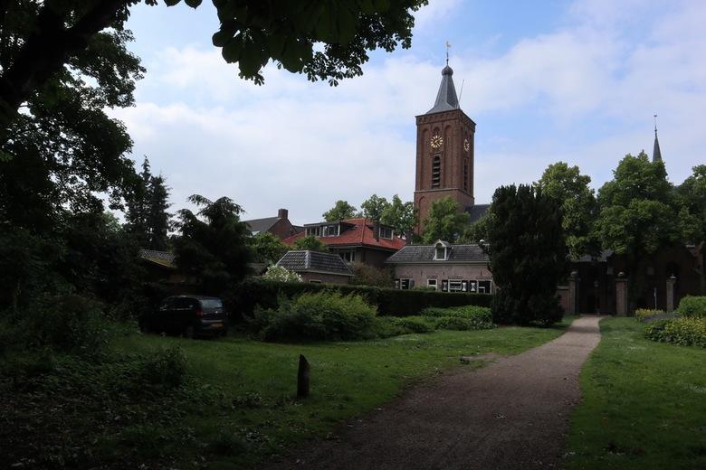 Kerktoren - De kerktoren van Scherpenzeel, omlijst door bladeren