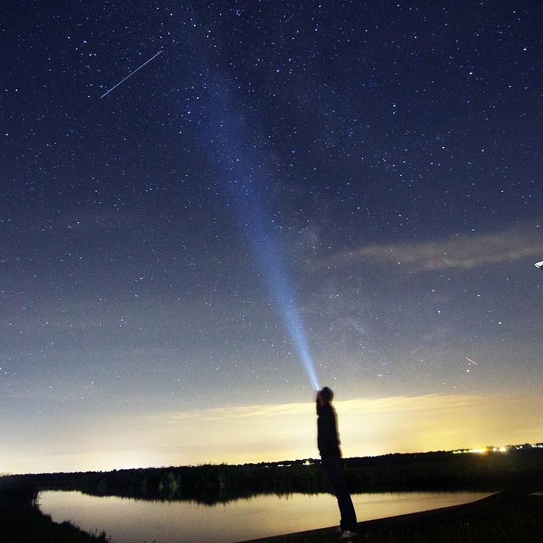 Falling star - Vallende ster tijdens Perseiden 2017 en rechts van het licht de melkweg.