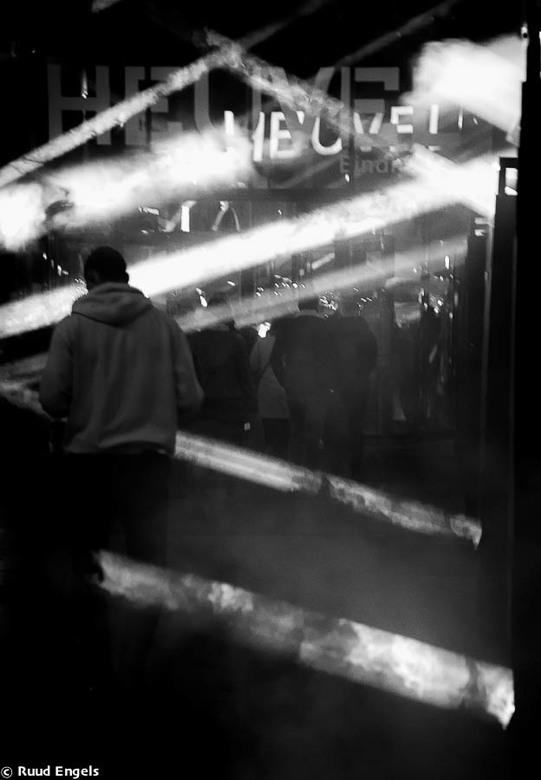 In de Spotlights - De ingang van de Heuvel Gallery voor Glow.