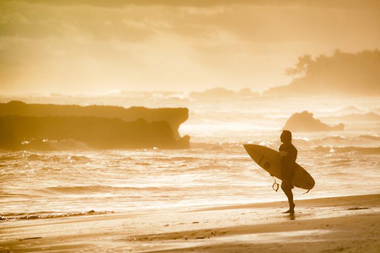 Surfen tijdens het gouden uur -