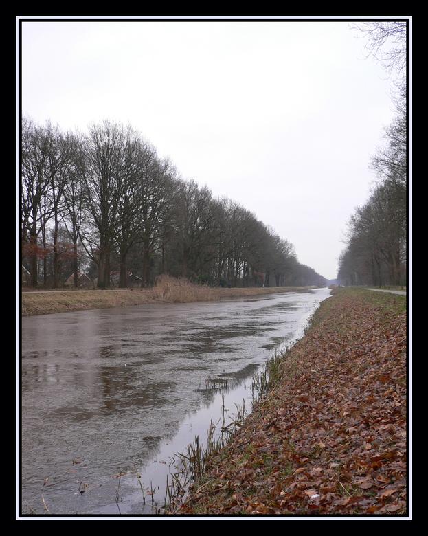 Kanaal winter/herfst - De herfst worst nog volop uitgebeeld door de vele bladeren langs de kant en de winter door het dunne laagje ijs op het kanaal.