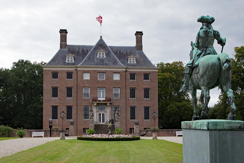Het Huys - Kasteel Amerongen is een prachtig 'Huys' uit de zeventiende eeuw. Het Huys, de tuin en inventaris vormen een eenheid die in Nederland niet