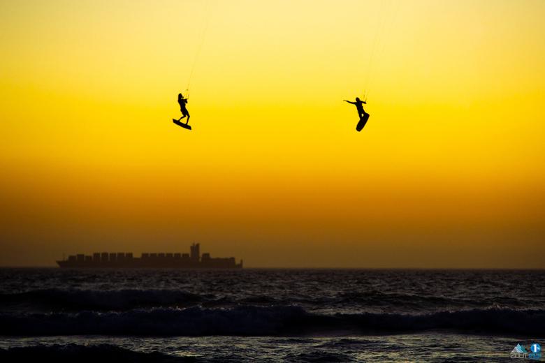 Kitesurfers in de lucht -