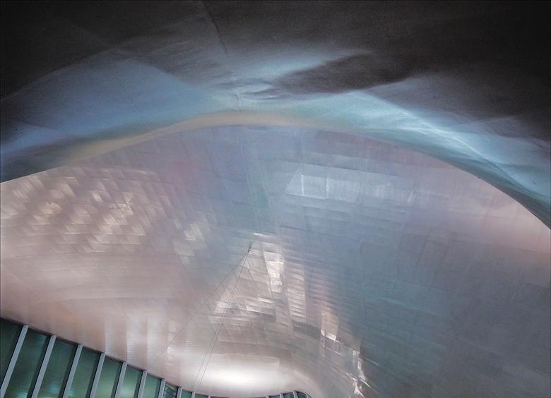 Stations hemel - De hal in Arnhem moet je echt op je laten inwerken omdat de eerste indruk overweldigend is.
