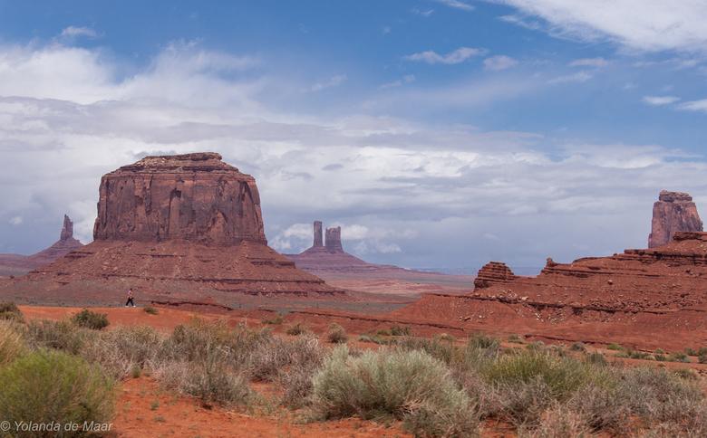 De menselijke maat - De persoon,die voor de enorme rotsformatie loopt, geeft aan hoe nietig de mens is ten opzichte van de natuur.