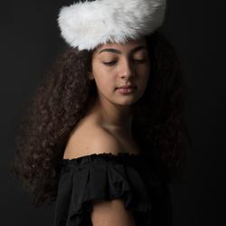 Jonge vrouw met bontmuts