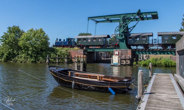 """SHM loc-5, Medemblik - SHM loc-5 """"Enkhuizen"""" passeert de Overlekersluis-spoorbrg in Medemblik en is op weg met de museumstoomtram naar Hoorn"""