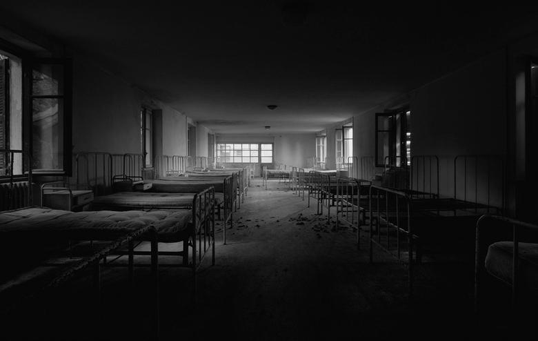 """Red Cross Italie  - een oude beddenzaal in een verlaten """"urbex"""" locatie, genoemd """"the Red Cross"""". Deze foto spreekt voor mij het b"""