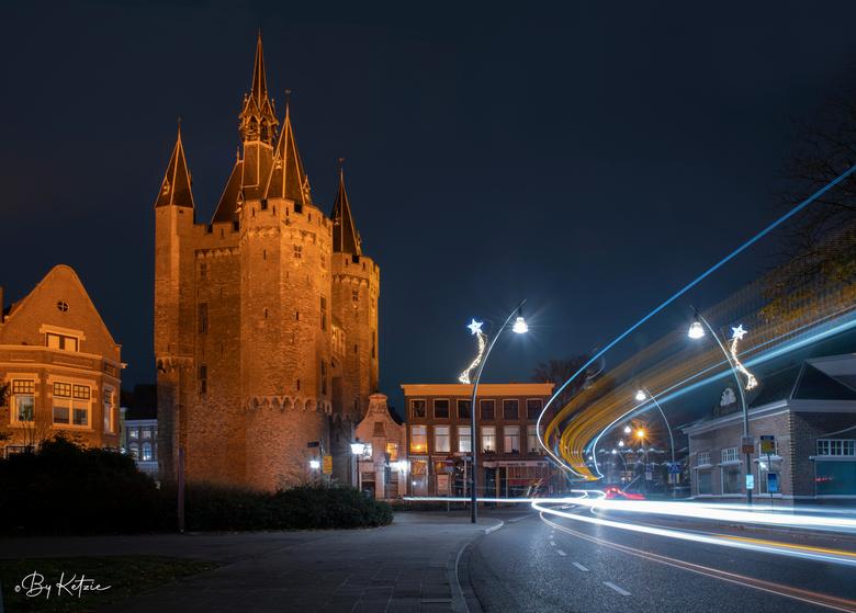 Sassenpoort in Zwolle met lichtstrepen van verkeer - De Sassenpoort, oranje verlicht voor Orange The World (internationale campagne tegen huiselijk ge