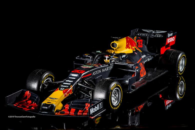 RB15 Max Verstappen model - Met de macrolens en twee flitsers (snoot en grid) het model in een bakplaat met een laagje water gefotografeerd. Het model