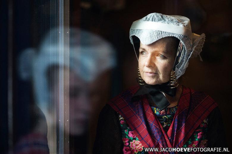 Staphorster vrouw - De vrouw in traditionele Staphorster dracht tot ze het podium op mag voor de klederdrachtshow.