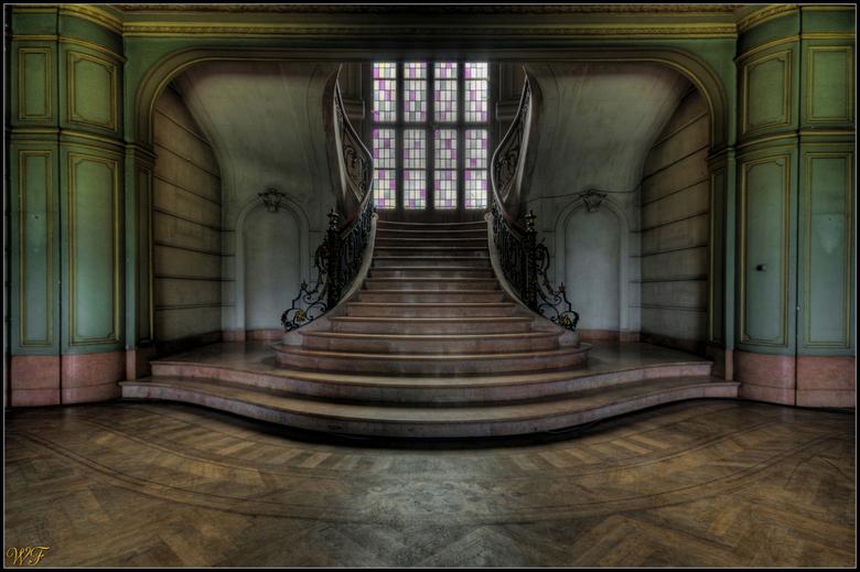 Trap van Château Du Loup - HDR foto van de trap in een bekend kasteel onder Urbexers. Dit kasteeltje is wel bewoond nu en wij mochten bij hoge uitzond