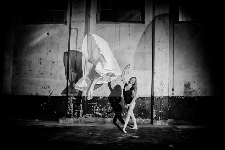 Just Dance... - Danseres in urban locatie