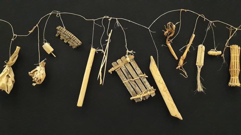 20190806_150809 - In het Africa museum in Tervuren hing een waslijn met allerlei objecten die er aan opgehangen waren.<br /> In Congo zijn er in somm