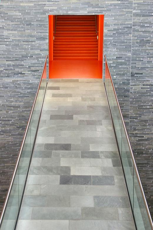 Beeld en Geluid brug - Tijdens mijn zoektocht door het hal van de expositie Beeld en Geluid, kwam dit beeld mij voor ogen: strakke uiteen lopende lijn