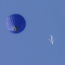 Luchtballon en vliegtuig