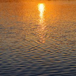 Zonsondergang schittering in het water