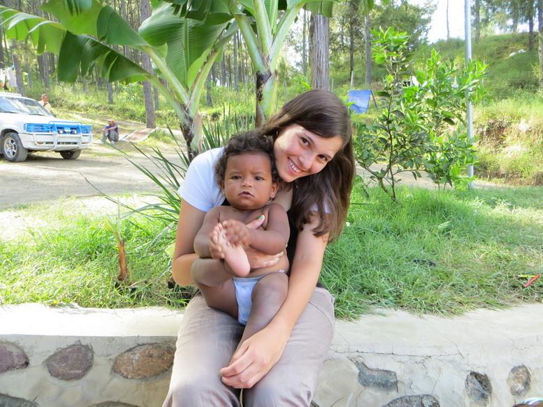 Met een weeskindje in de DR - Samen met een weeskindje in de Dominicaanse Republiek. Vrijwilligerswerk is daar hard nodig and 'it touches your he