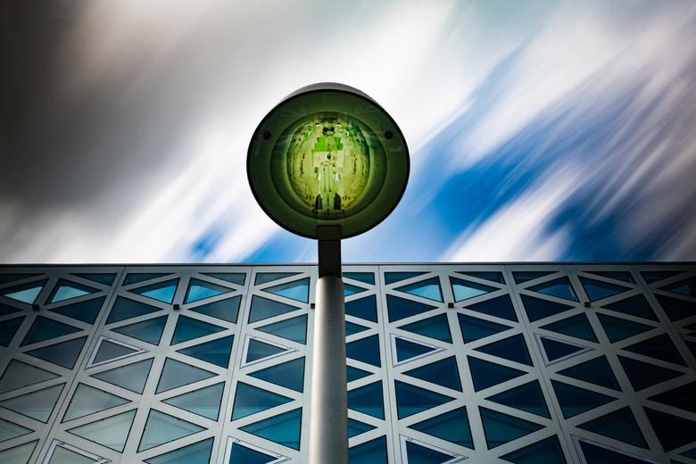 The Green lamp - Het X-Gebouw van de HS Windesheim in Zwolle. Met lange sluitertijd en een grijsverlooptfilter om de lucht abstract weer te geven.