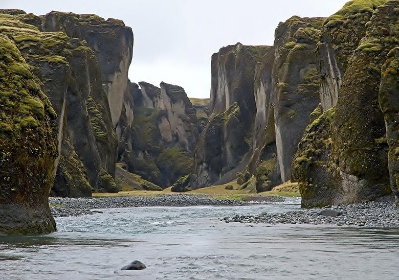IJsland 78 - Een enorme kloof ontstaan door scheuring van de aarde