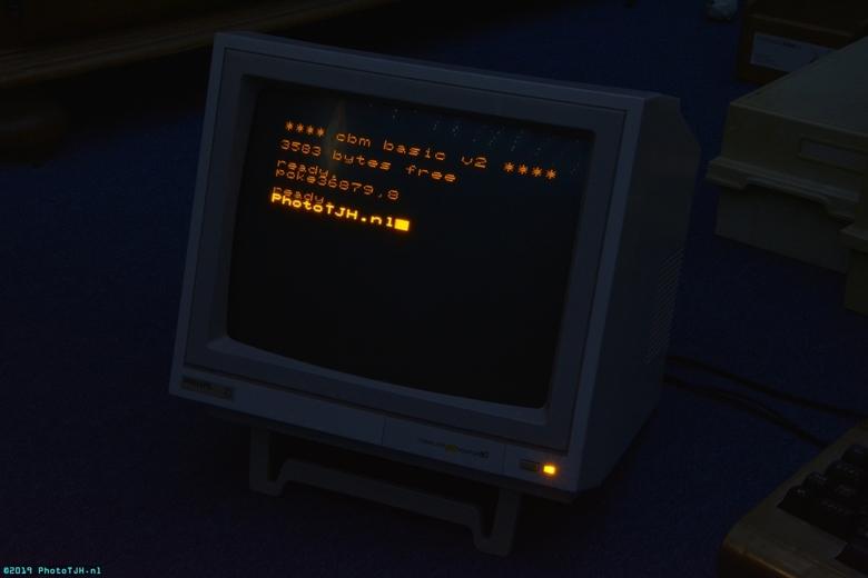 De Philips BM7522/00G monitor. - De Philips amber composite video 12 inch monitor, type BM7522/00G, opnieuw functionerend na een kleine reparatie en w