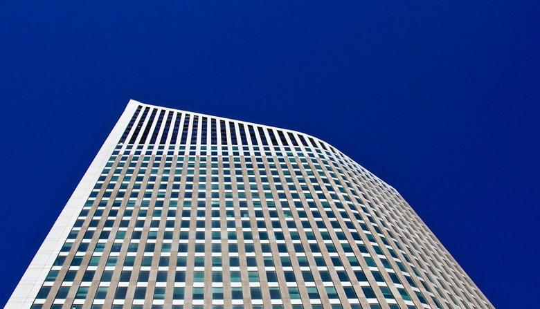 Den Haag  - Tijdens een boottochtje in Den Haag met een strakke blauwe lucht keek ik omhoog.