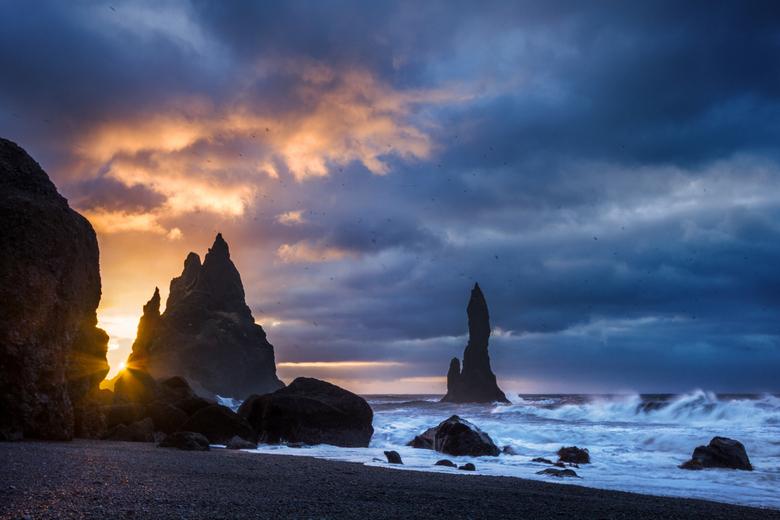 Reynisdrangar - Nog een foto van Reynisdrangar (ijsland), van een eerder moment.<br /> De zon breekt hier precies door de bewolking heen.<br /> <br