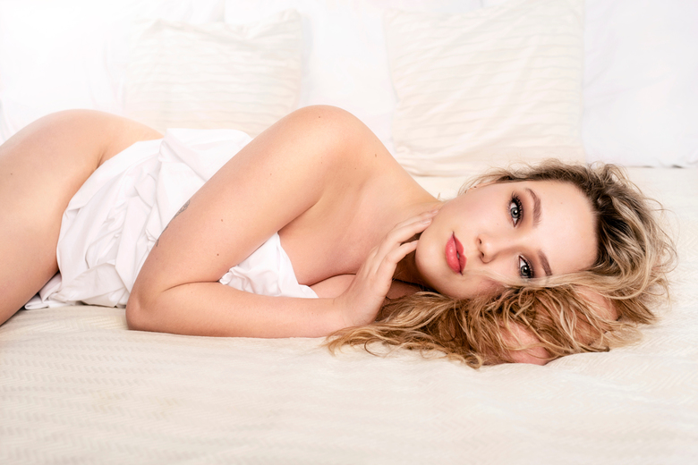 """met Manon in bed - Met Manon in bed, maar dan niet echt natuurlijk <img  src=""""/images/smileys/wilt.png""""/>"""