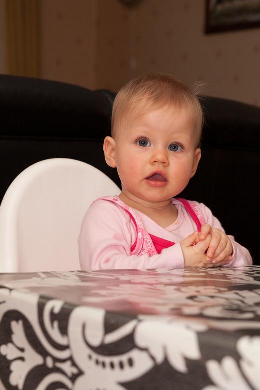 Aan tafel! - Baby Naomi zit er al helemaal klaar voor bij opa en oma thuis.