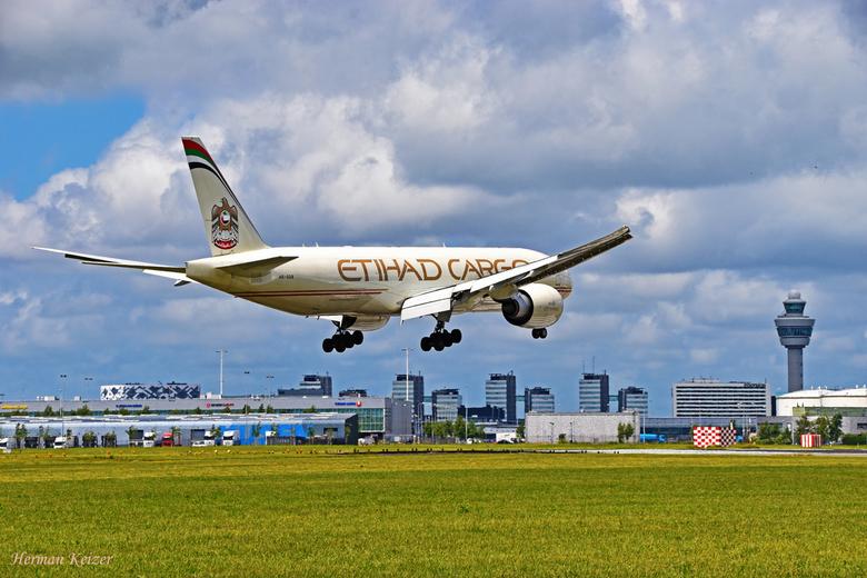 Seconds before touchdown - Etihad Cargo's Boeing 777-FFX A6-DDB, nog in het vorige kleurenschema, vlak voor de landing op de Aalsmeerbaan.